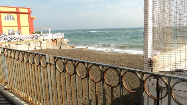 spiaggia-libera-attrezzata-adiacente-miramare1